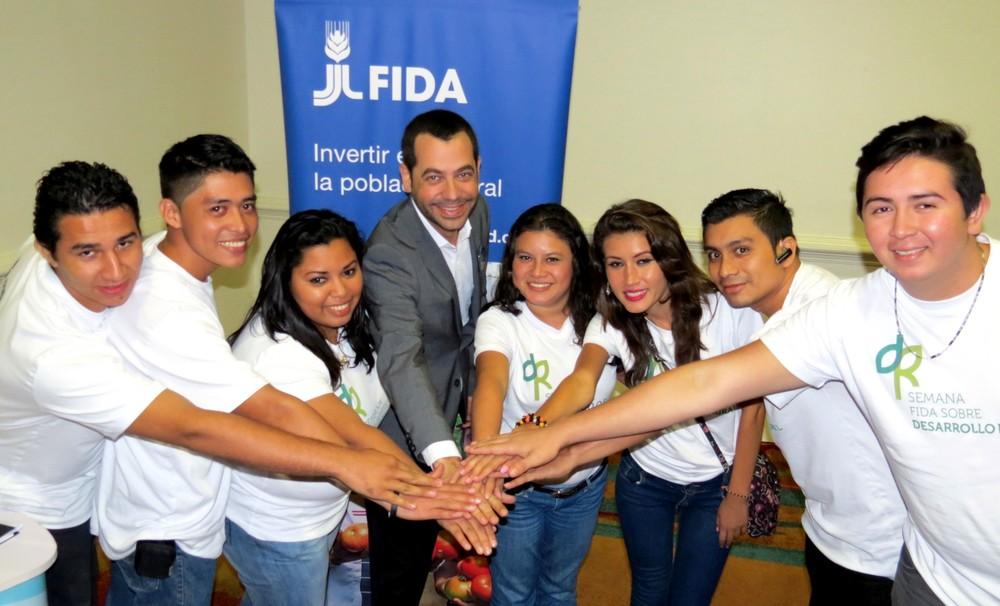 Young people meet to discuss rural development in El Salvador.